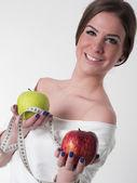 Hermosa joven con manzanas frescas — Foto de Stock