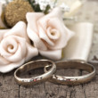 Wedding rings in the vintage arrangement — Stock Photo