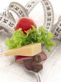 çatal, diyet kavramı üzerinde peynirli taze sebze — Stok fotoğraf