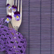 Menu with silverware and fresh, wild violets - 图库照片