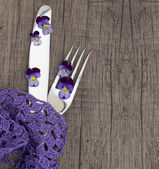 Menu with silverware and fresh, wild violets — Stock Photo