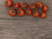 Wiśniowe pomidory na drewniane tła — Zdjęcie stockowe