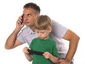 отец и сын с их гаджеты — Стоковое фото