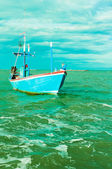 Blue boat on green sea — Stockfoto