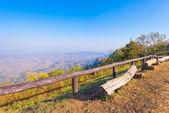 журнал деревянный стул на точку зрения с солнечным светом — Стоковое фото