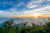 Восход солнца в время утром Туманная рано на горе — Стоковое фото