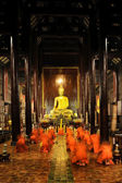 Buddhist monks pray and meditate every day evening : Wat Phan Ta — Stock Photo