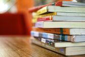 Livres de bibliothèque sur table — Photo