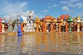 Overstroomd tempel in nakorn rachasrima noorden ten oosten van thailand. — Stockfoto