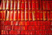 Parede coberta com inúmeras cartas de desejo em um templo budista — Foto Stock