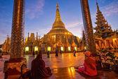 Atmosphere of dawn at Shwedagon pagoda in Yagon, Myanmar — Stock Photo