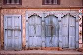 Belles portes et fenêtres classiques dans la maison natale du népal — Photo