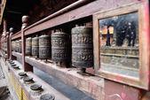 Ruedas de oración y espejo en el hermoso templo dorado en patan — Foto de Stock