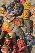 Masques, des poteries, des souvenirs, suspendu en face de la boutique, bhaktapu — Photo