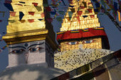 Boudhanath Stupa. Golden spire and all seeing Buddha eyes on top — Stockfoto