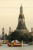 Wat Arun, The Temple of Dawn, at twilight, view across Chao Phraya river. Bangkok, Thailand. — Stock Photo