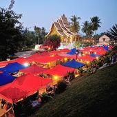 Night Market under the Wat Xieng Thong, Luang Prabang — Stock Photo