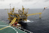 SONGKLA - JUNE 12: offshore rig in gulf of Thailand from Songkra — Foto Stock