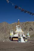 A stupa in the city of Leh with mountain range, Leh ladakh, Indi — Stock Photo