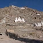 White buddhist chortens in mountains valley near Leh, Ladakh, In — Stock Photo