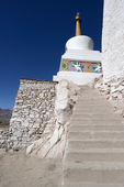 Buddhist monastery (gompa) along river in Ladakh, Jammu & Kashmi — Stock Photo