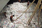 船舶と港湾タイ、バンコクのチャオプラヤー川に袋の米の読み込み. — ストック写真