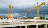 Baustelle mit kran in der nähe von aufbauend auf regen sturm backg — Stockfoto