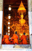 Bangkok - September 8 : Monks pray in the evening in Wat Pho Tem — Fotografia Stock