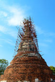 Restoration of the ruins pagoda at wat mahathat temple, Ayutthay — Stock Photo