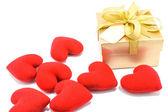 在白色背景上的金色礼品框和红色心. — 图库照片