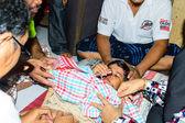 Un médico comienzo la circuncisión ceremonia es uno de los ritos del islam. — Foto de Stock