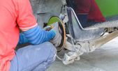 Auto Mechanic Changing on a Car's Disc Brakes. — 图库照片