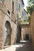 Little Italian street with bridge in Cortona — Stock Photo
