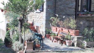 Pan of little Italian street in Cortona — Stock Video