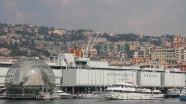 Prom, przechodzącej przez port w genui — Wideo stockowe