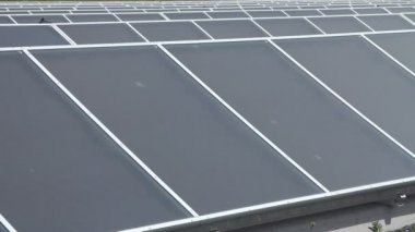 Planta de energía de los paneles solares — Vídeo de Stock