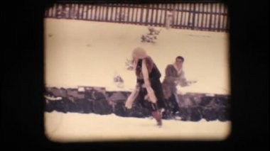 Vintage 8 mm. os amigos a brincar com a neve — Vídeo Stock