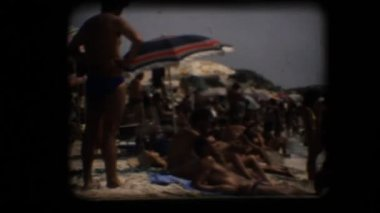 Praia vintage 8 mm. lotado — Vídeo Stock