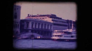 Vintage 8 mm. veerboten gedokt in venetië — Stockvideo
