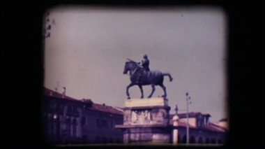 Vintage 8mm. Statue of man on horseback — Stock Video