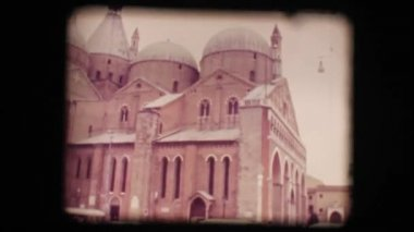 Vintage 8mm. View of church in Padova — Stock Video