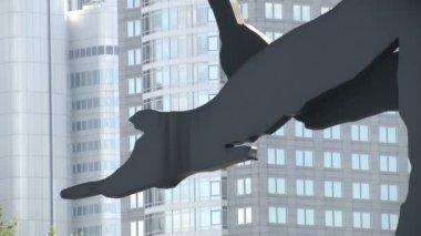 Kinetic sculpture Hammering man — Stock Video