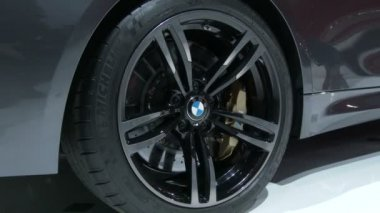 Detail of the wheel of the new BMW M4 convertible at the New York International Auto Show — Stock Video