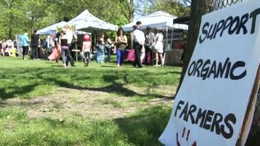 People attend anti GMO protest and support organic farmers — Stock Video