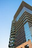 O topo da construção de arranha-céus modernos — Foto Stock