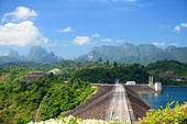 Crest of the Ratchaprapa dam in Surat Thani, Thailand — Stock Photo