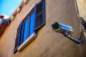 Windows 与央视在墙上παράθυρα με κλειστό κύκλωμα τηλεόρασης στον τοίχο — 图库照片
