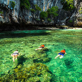 Family snorkeling on the Gulf of Thai — Stock Photo