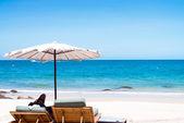 шезлонг и зонтик на пляже с песком. — Стоковое фото