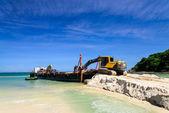 Escavadeira trabalhando numa praia — Fotografia Stock
